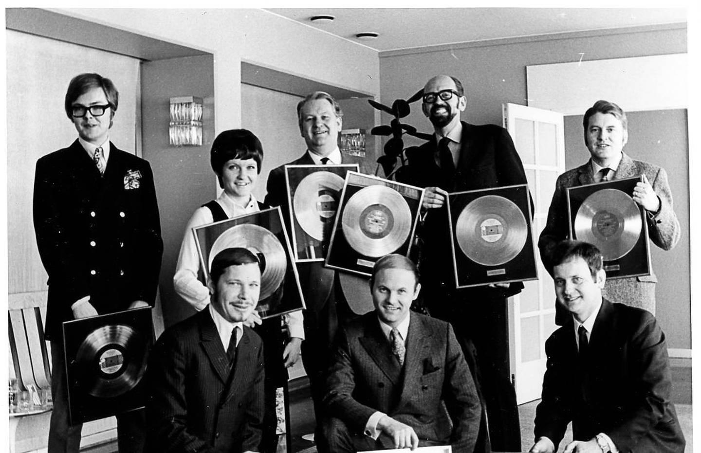 Evans första guldskiveutdelningen skedde i Expressenhuset i januari 1970. Stående från vänster: Michael B Tretow (tekniker som senare jobbade med ABBA), Anna-Lena Löfgren, Artur Erikson, Börje Ekberg, en av grundarna till skivbolaget Metronome, Rune Persson, tekniker på Metronome. Sittande: Sven-Olof Bagge (far till Anders Bagge), okänd och Evan Ljunggren, tekniker.