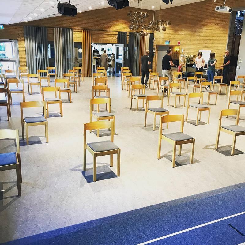 """""""Provmöblering inför söndagen"""", skriver Pingst Jönköping på sin Facebooksida, där de lägger ut en bild på glest utplacerade stolar. Corona. Covid-19."""