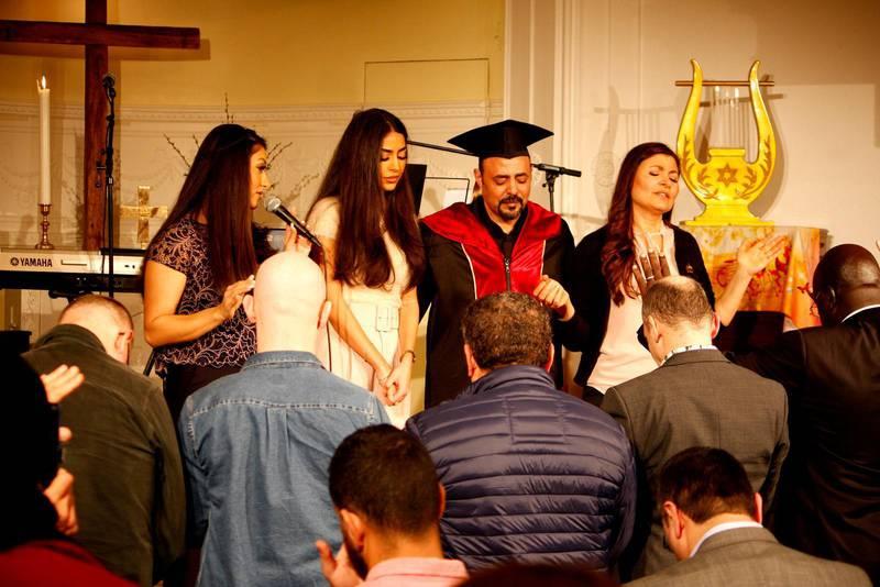 Församlingen bad för sin pastor och hans familj.