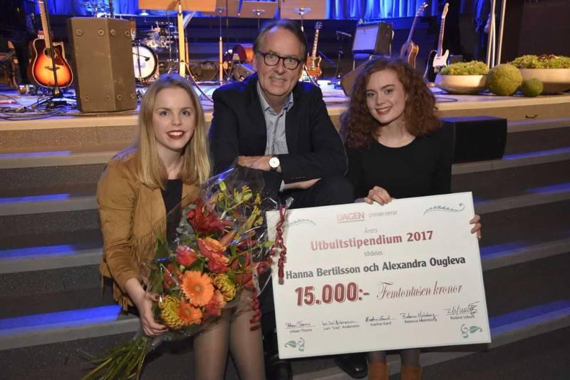 PRISADE. Roland Utbult tillsammans med de båda countrymusikerna Hanna Bertilsson och Alexandra Ougleva.