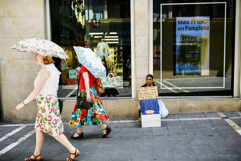 """En kvinna tigger i Pamplona i Spanien. På hennes skylt står det """"Jag är mycket fattig. Jag har inga pengar"""". Att tigga förbjuds nu i allt fler europeiska länder."""