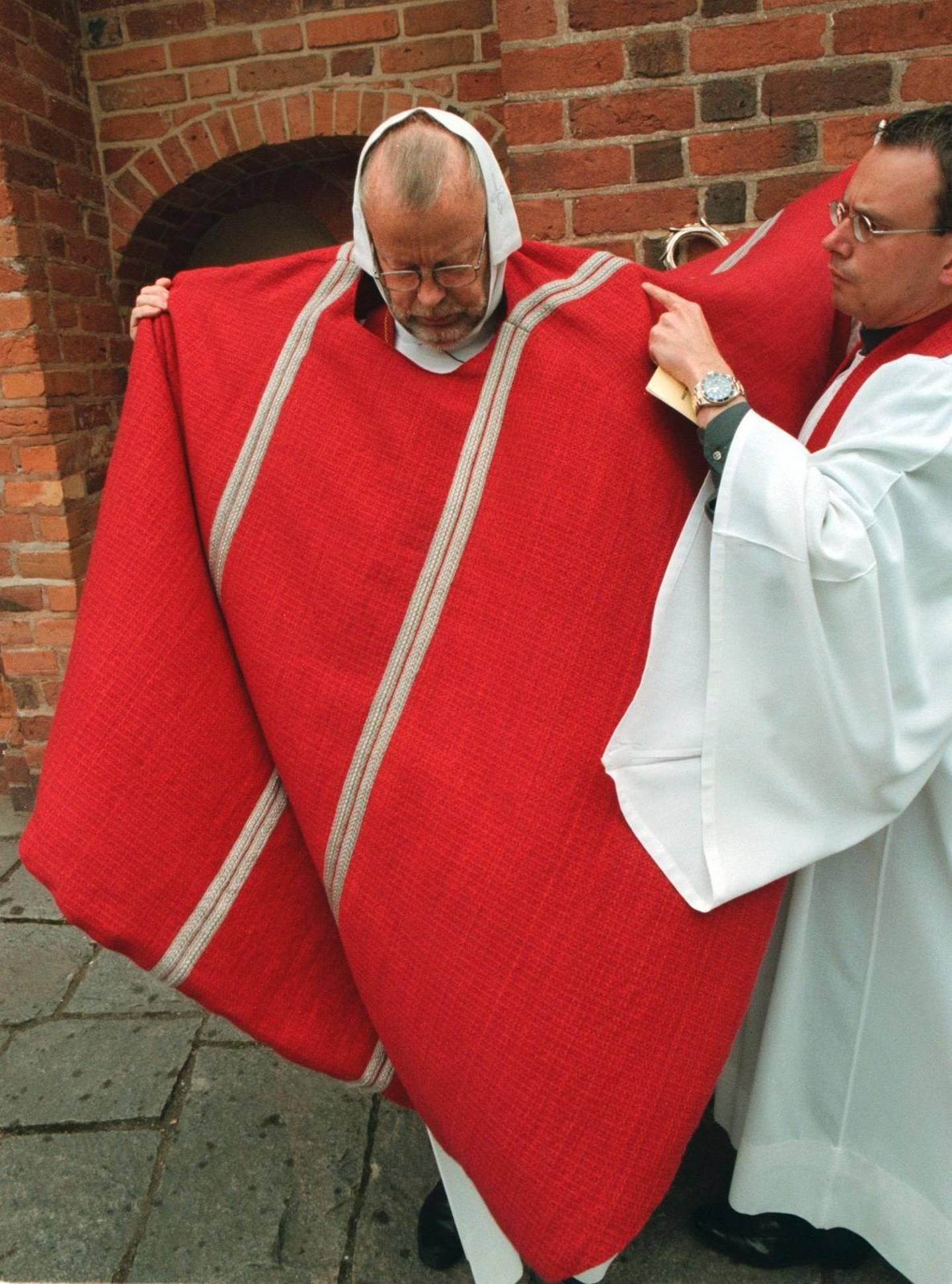 1999, sista kyrkomötet före skilsmässan. Ärkebiskop K G Hammar förbereder sig för kyrkomötets öppnande.